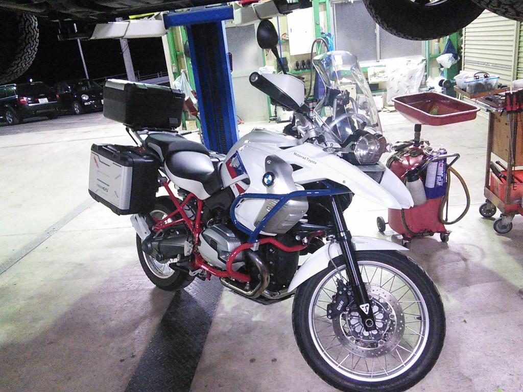 バイクの入庫やら車検入庫多数 BMW ベンツ オイル漏れ 異音 Z33警告ランプ点灯など 同じような修理の入庫