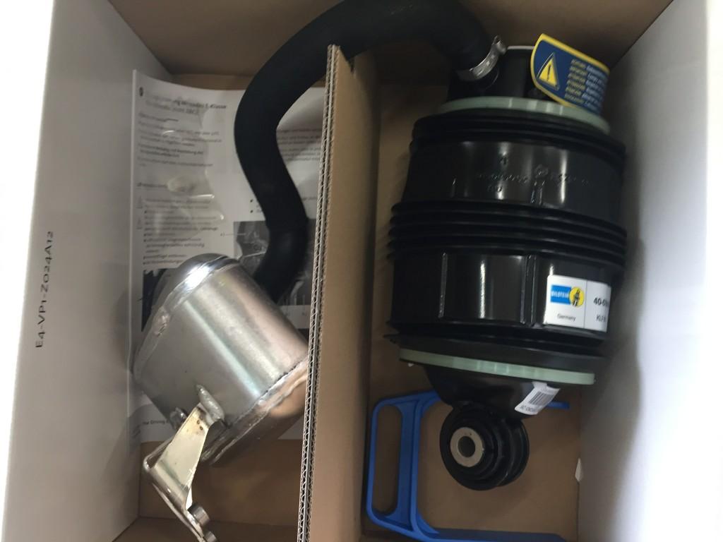 ベンツ W211リヤエアサス交換  ベルト切れ オイル漏れ たくさんの入庫ありがとうございます