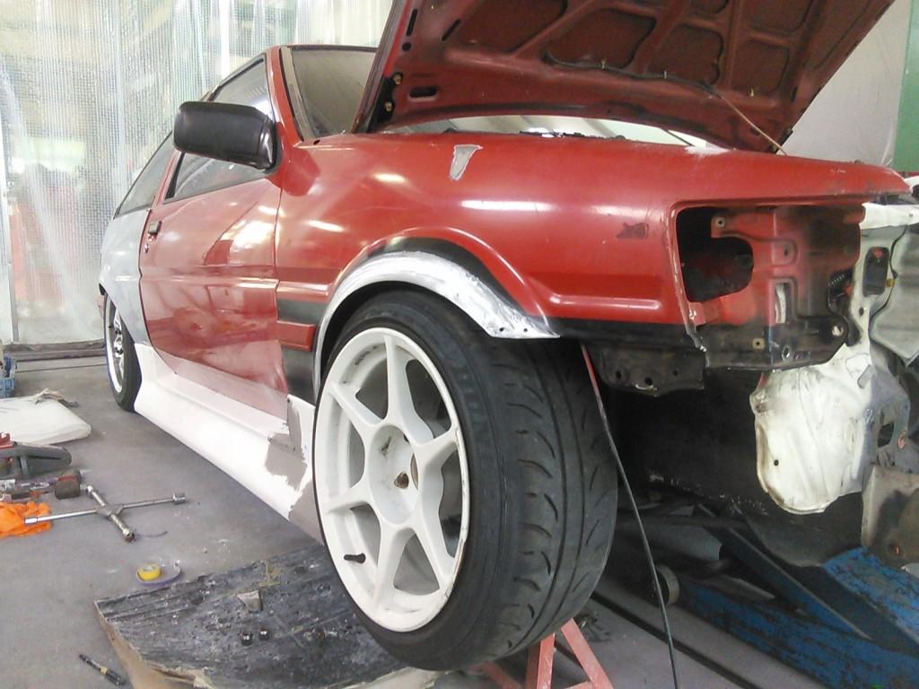 AE86を進めながら ハイエース キャンピングカー  豊田市  板金塗装